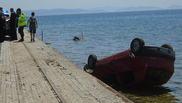 «Βουτιά» αυτοκινήτου στη θάλασσα στην Αγριά