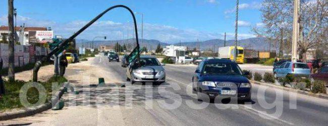 Απίστευτο περιστατικό στη Λάρισα: Περίμενε να ανάψει πράσινο και έπεσε πάνω του το φανάρι (photo)