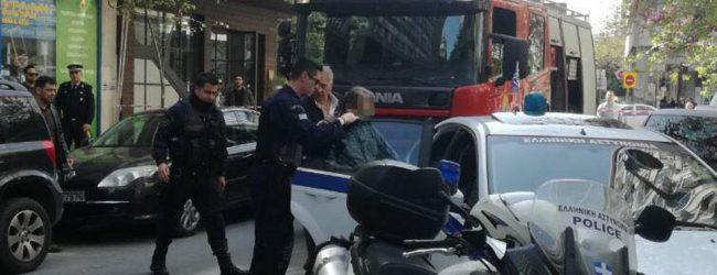 Συνελήφθη ο 61χρονος που  περιέλουσε συμβολαιογράφο με βενζίνη και απειλούσε να αυτοπυρποληθεί