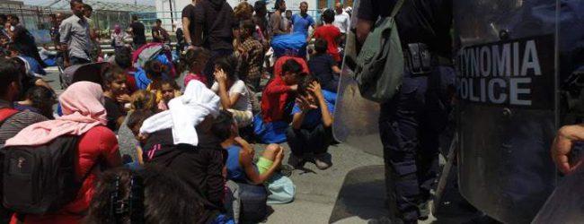Εικόνες χάους στη Λέσβο -Εκατοντάδες πρόσφυγες «απέδρασαν» από τη Μόρια [εικόνες & βίντεο]