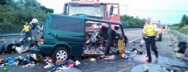 Βίντεο σοκ: Καρέ καρέ η σύγκρουση minibus με φορτηγό – Το μετέδιδε live στο Facebook ο οδηγός!