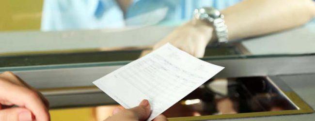 Χαμός σε τράπεζα στη Λάρισα – Μηνύσεις για δεσμευμένο από την εφορία λογαριασμό!