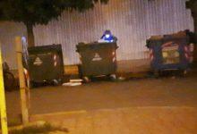 Τρίκαλα: Ψάχνουν στα σκουπίδια μέσα στη νύχτα με φακό (φωτό)