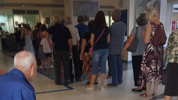 Ουρές της ντροπής στο Νοσοκομείο Βόλου -Περιμένουν ώρες για ένα ραντεβού στα εξωτερικά ιατρεία