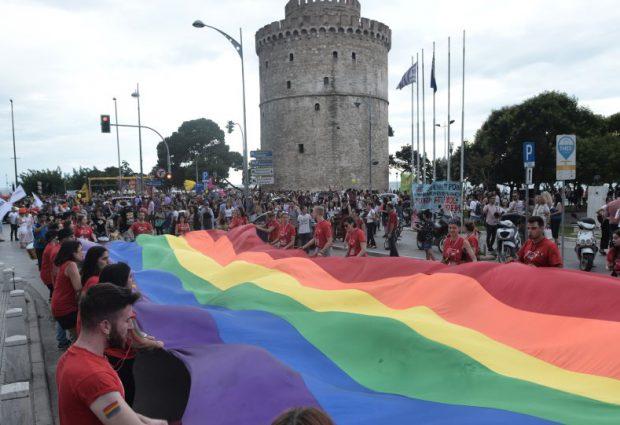 Απίστευτο περιστατικό στη Θεσσαλονίκη: Πέταξαν στον Θερμαϊκό δύο άνδρες που πήγαιναν στο Gay Pride!