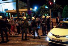 Εισβολή δύο ατόμων στη Βουλή -Ο ένας χτυπούσε με μανία αυτοκίνητα βουλευτών, πριν συλληφθεί (vids)