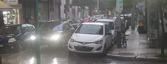 Φθινόπωρο αντί για καλοκαίρι στη Λάρισα -Καταρρακτώδης βροχή [εικόνες & βίντεο