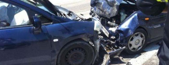 Μετωπική σύγκρουση αυτοκινήτων στην Κουλούρα Λάρισας