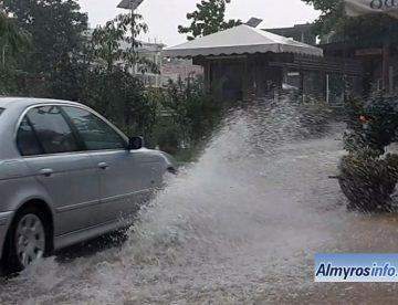 Αλμυρός: Πλημμύρισαν δρόμοι από την καταιγίδα (vid)