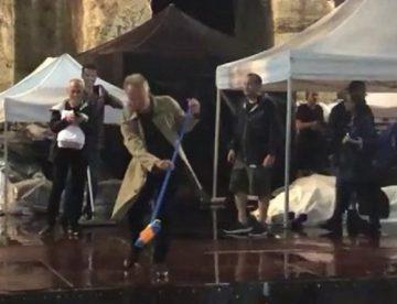 Βίντεο: Ο Στιγκ βγήκε με σκούπα στο Ηρώδειο και καθάρισε τη σκηνή από τα νερά