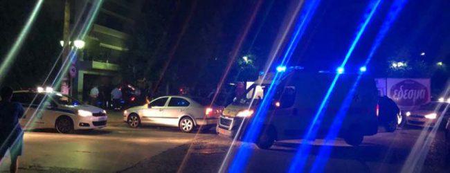 Τρελή καταδίωξη στο κέντρο της Λάρισας: Αυτοκίνητο έπεσε σε είσοδο πολυκατοικίας