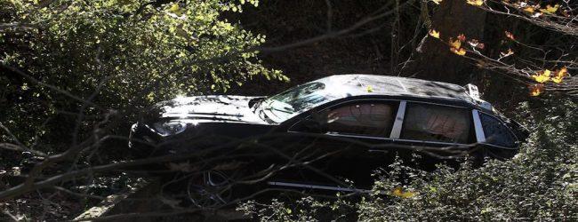 Σώθηκαν όταν το αυτοκίνητό τους έπεσε σε χαράδρα στις Κότες