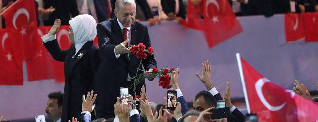 Oι Τούρκοι στα άκρα -Κομματιάζουν και καίνε αμερικανικά δολάρια (βίτεο)