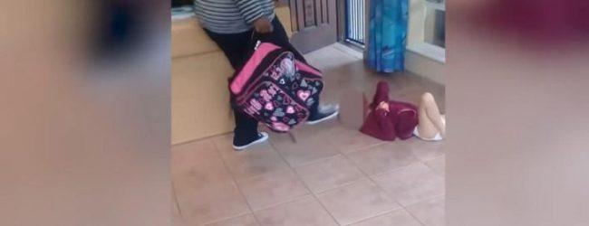 Νηπιαγωγός κλωτσά στο κεφάλι παιδί με αναπηρία γιατί λέρωσε την πάνα του (vid)