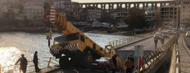 Πανικός στην Καβάλα: Επεσε γέφυρα -Εγκλωβίστηκαν 3 οδηγοί (photos)
