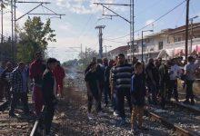 Κάτοικοι της Νέας Σμύρνης απέκλεισαν τις γραμμές του ΟΣΕ: Ένα χρόνο μετά το θάνατο του 12χρονου δεν έγινε απολύτως τίποτα (φωτό)