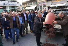 """""""Πόλεμος"""" για το τσίπουρο: Μαινόμενοι αμπελοκαλλιεργητές πέταξαν σταφύλια στην πλατεία του Τυρνάβου"""